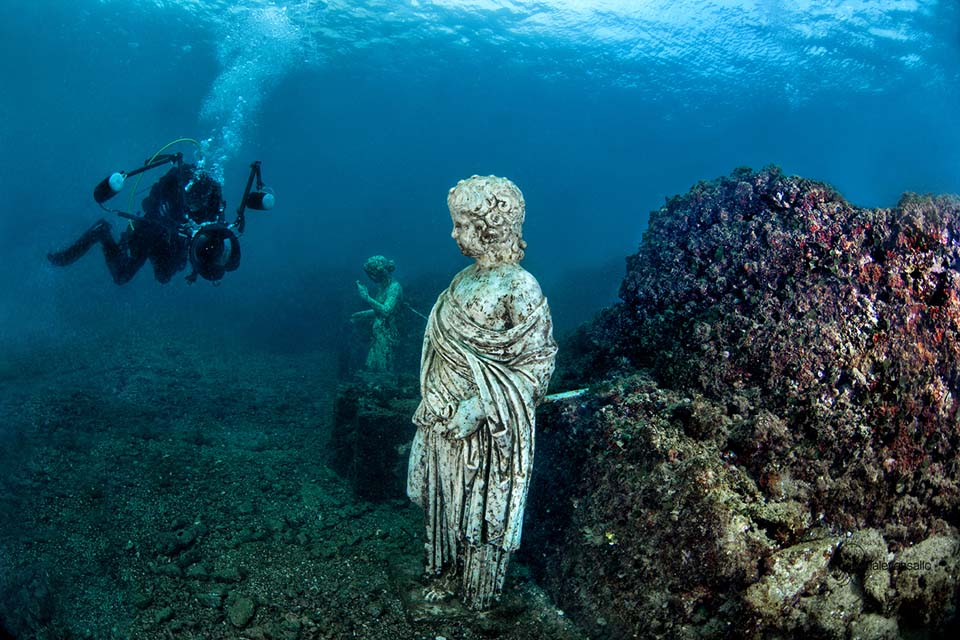I campi flegrei: il parco archeologico di baia sommersa e i resti del porto Julius e di ville dell'antica Roma